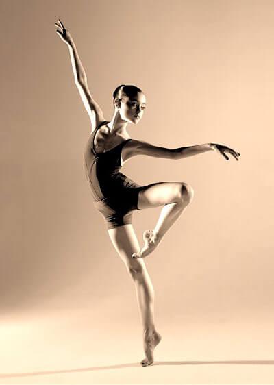 Балерины начинают тренироваться в очень юном возрасте, лет с четырех.  Девочка растет, идет в школу, и...